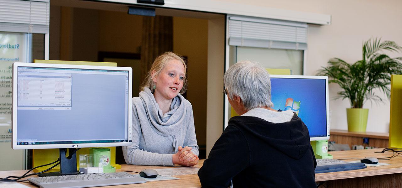 Studentin und Mitarbeiterin im Studierenden-Service-Center