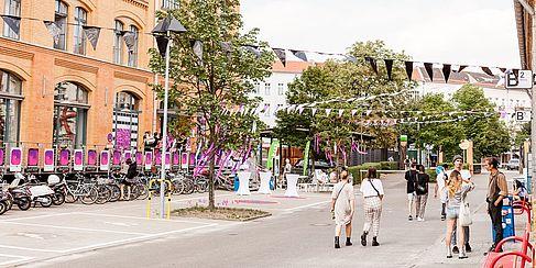 Mit Wimpeln geschmückter Campus Wilhelminenhof