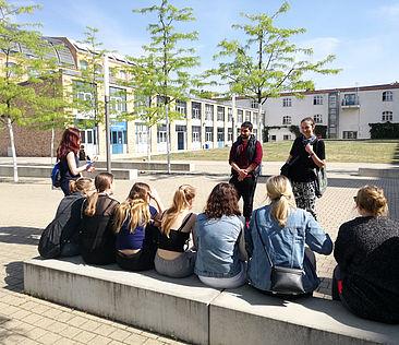 Schülerinnen und Studierende beim Girls'Day auf dem Campus Wilhelminenhof