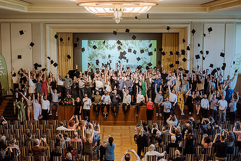 Gruppenfoto bei einer Alumnifeier im Audimax auf dem Campus Treskowallee