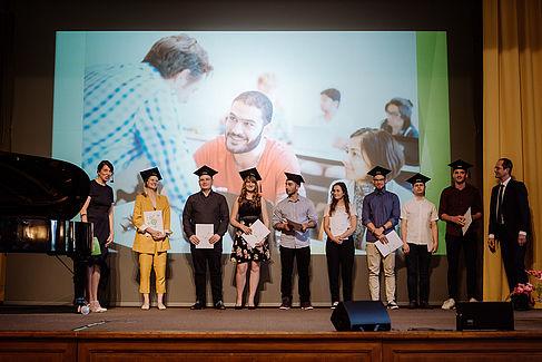 Alumni bei der Verleihung ihrer Zeugnisse