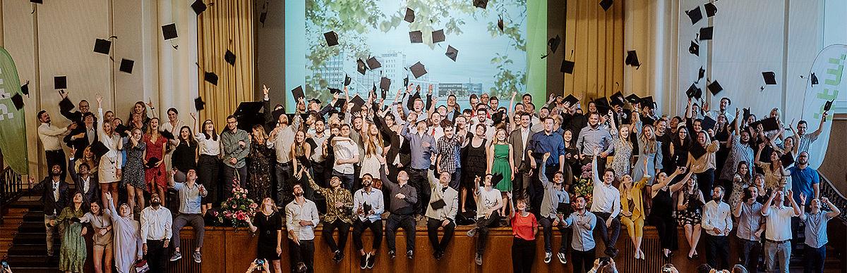 Alumni der HTW Berlin werfen im Audimax ihren Absolventenhut hoch