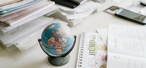 Mini-Globus auf einem Schreibtisch