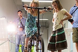 Mädchen tritt in die Fahrradpedale