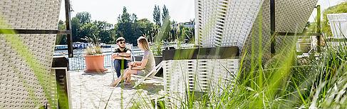 Zwei Studierende in den Strandkörben auf dem Campus Wilhelminenhof