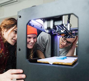 Studierende am 3D-Drucker