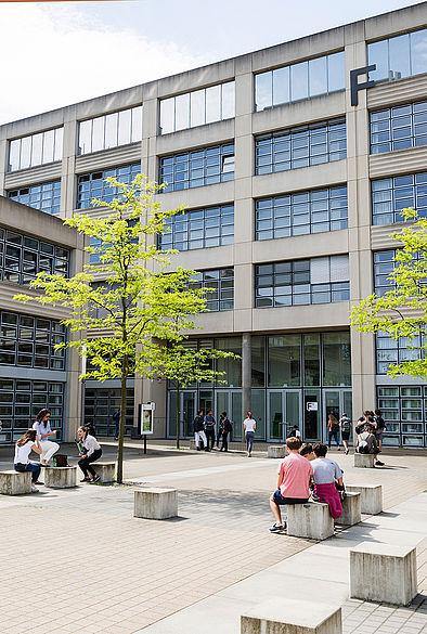 Studierende auf dem Campus Wilhelminenhof