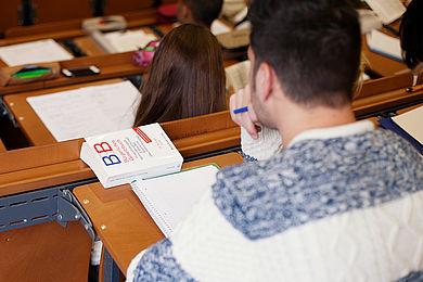 Student des Wirtschaftsrecht mit einem Bürgerlichen Gesetzbuch