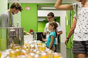 Studierende präsentieren ihren Honig bei der Langen Nacht der Wissenschaften
