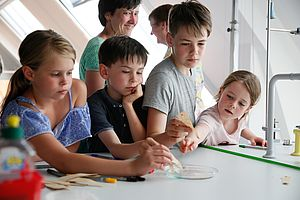 Kinder beim Experimentieren