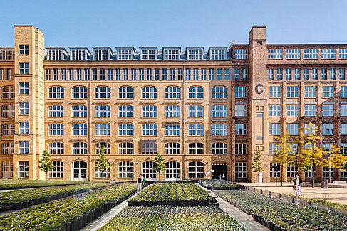 Fotomontage mit Grünanlagen vor einem Gebäude