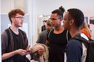 Drei Studenten im Gespräch