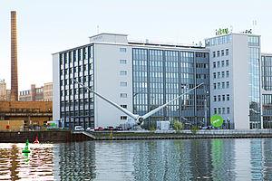 Die Windkraftanlage der HTW Berlin an der Spree.