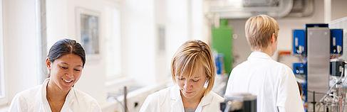Studentinnen im Labor