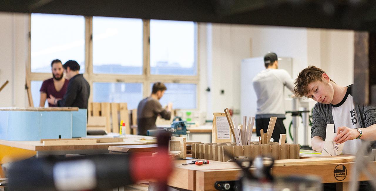 Studierende in der Werkstatt