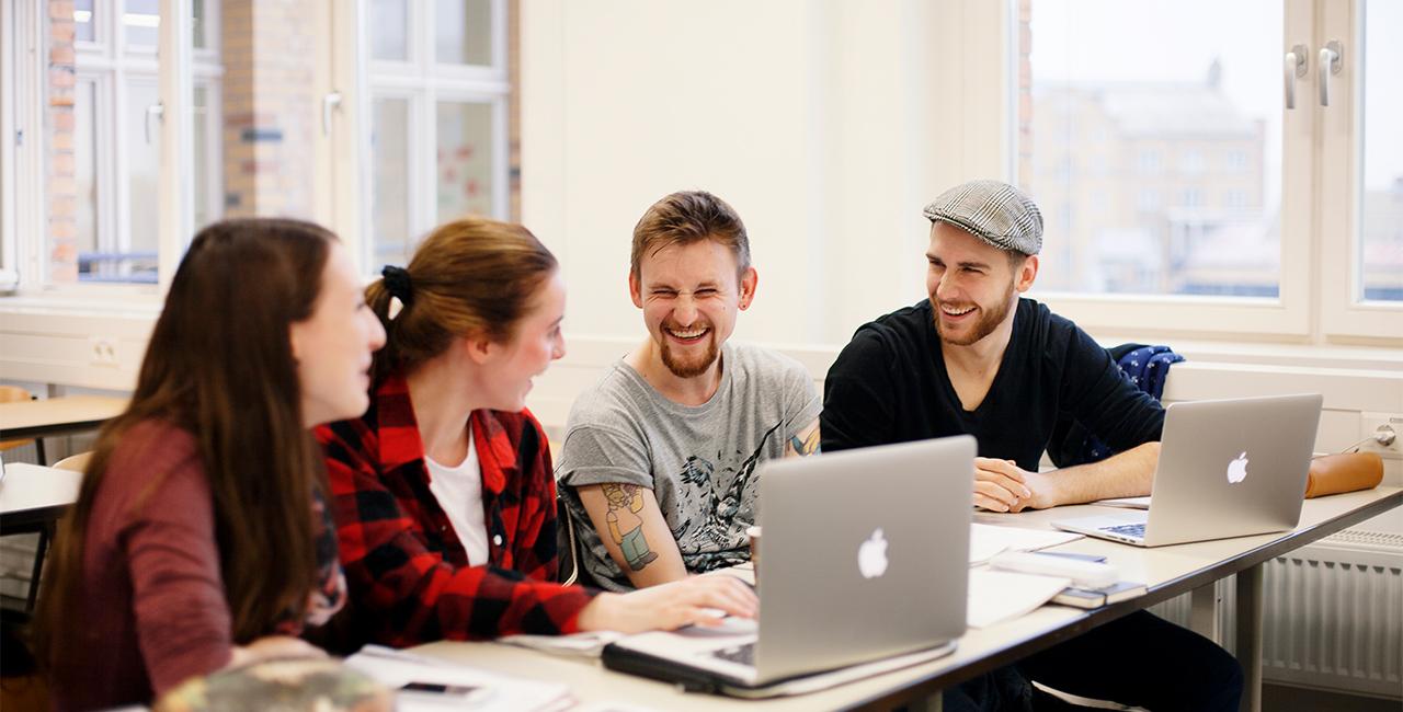Gruppe von Studierenden am Laptop